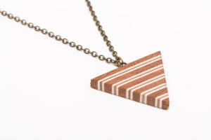 triangle en bois collé  essence: érable, sapelli et noyer chaîne en bronze 42cm