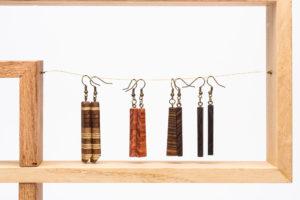 boucles d'oreilles en bois collé. essence: noyer, sapelli, erable teinté noir, vert, violet, naturel